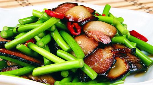 燻製の豚肉とにんにくの芽の炒め(蒜苗炒腊肉)