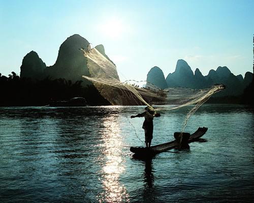 漓江で魚を取る漁民