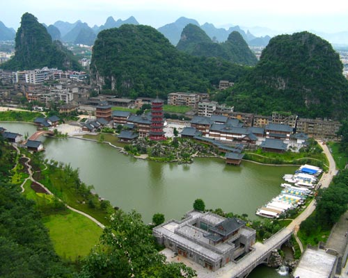 頂上から見下ろす桂湖の風景